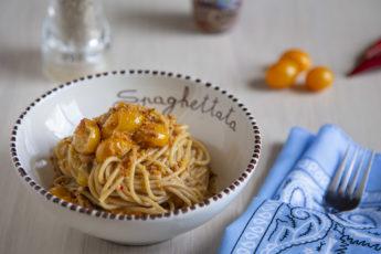 Spaghetti integrali, datterini gialli e alici sott'olio
